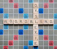 De woorden woordblind  en dyslexie op een scrabblebord