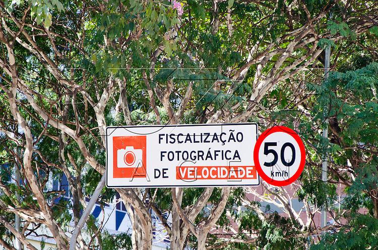 Placa de fiscalização eletrônica com limite de velocidade de 50 km/hora na Av. Brigadeiro Faria Lima, São Paulo - SP, 07/2016.