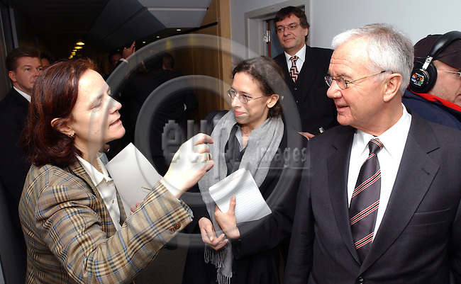 Brussels-Belgium - November 27, 2003---German Federal Minister of Transport, Manfred STOLPE, meets with Loyola de PALACIO del VALLELERSUNDI, Vice-President of the Commission of the European Union and as EU-Commissioner in charge of i.a. Transport in the EU, in order to discuss issues of the upcoming Council-meeting of European Ministers of Transport---Photo: Horst Wagner/eup-images