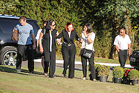 SAO PAULO,SP, 03.08.2015 - VELORIO-ICAMI - Maria Natércia, esposa de Içami acampanham  o enterro do psiquiatra, educador e escritor no Cemiterio do Morumby, zona sul de São Paulo nesta segunda-feira (3). Tiba morreu em São Paulo às 19h no ultimo domingo (2). (Foto: Douglas Pingituro / Brazil Photo Press)