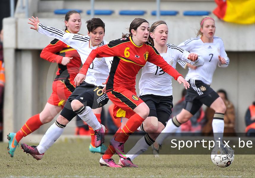 Belgie U17 - Duitsland U17 : Noemie Gelders aan de bal voor Jasmin Sehan (links) en Michaela Brandenburg.foto DAVID CATRY / Vrouwenteam.be