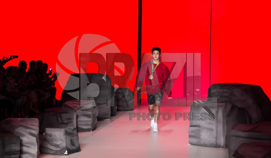 SÃO PAULO,SP, 28.10.2016 - SPFW-COCA COLA JEANS - O medalhista olímpico, Arthur <br /> Mariano, se apresenta com a equipe da grife Coca-Cola Jeans durante a São Paulo <br /> Fashion Week N42 no Parque do Ibirapuera na região sul de São Paulo nesta sexta-<br /> feira, 28. <br /> <br /> (Foto: Fabricio Bomjardim/Brazil Photo Press)