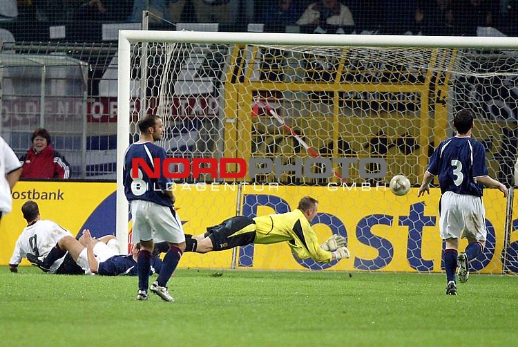 Laenderspiel EM 2004 Qualifikation<br /> Deutschland vs. Schottland<br /> Fredi Bobic (links am Boden) von Deutschland erzielt das 1:0 fuer die Deutsche Mannschaft.<br /> Foto &copy; nordphoto - Ruediger Lampe<br /> <br />  *** Local Caption *** Foto ist honorarpflichtig! zzgl. gesetzl. MwSt.<br />  Belegexemplar erforderlich<br /> Adresse: nordphoto<br /> Georg-Reinke-Strasse 1<br /> 49377 Vechta