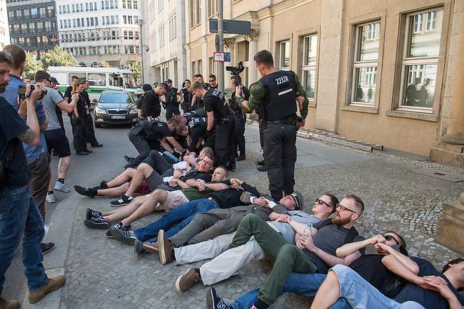 Rechtsextreme &quot;Identitaere&quot; versuchen Besetzung des Justizministerium.<br /> Am Freitag den 19. Mai 2017 versuchten ca. 40 Rechtsextremisten der sog. &quot;Identitaeren Bewegung&quot; (IB) das Justizministerium zu besetzen. Sie setzten das Ministerium und den Justizminister Maas mit der Staatssicherheit der DDR gleich, hatten DDR-Fahnen dabei und trugen zum Teil DDR-Militaeruniformen.<br /> Die Neonazis scheiterten jedoch mit der Besetzung, da die Polizei im Vorfeld von der Aktion informiert war und rechtzeitig vor Ort war. Als die Polizei die Neonazis aufforderte zu gehen, legten die sich auf den Fu&szlig;weg und skandierten &quot;Keine Gewalt&quot; und Parolen gegen Fluechtlinge und fuer Deutschland. Daraufhin wurden die Neonazis einzeln abgefuehrt, durchsucht und erhielten einen Platzverweis.<br /> Im Bild 3.vr. mit Bart, Brille und gruener Hose: Robert Timm, Chef der Berliner &quot;Identitaeren&quot;.<br /> 19.5.2017, Berlin<br /> Copyright: Christian-Ditsch.de<br /> [Inhaltsveraendernde Manipulation des Fotos nur nach ausdruecklicher Genehmigung des Fotografen. Vereinbarungen ueber Abtretung von Persoenlichkeitsrechten/Model Release der abgebildeten Person/Personen liegen nicht vor. NO MODEL RELEASE! Nur fuer Redaktionelle Zwecke. Don't publish without copyright Christian-Ditsch.de, Veroeffentlichung nur mit Fotografennennung, sowie gegen Honorar, MwSt. und Beleg. Konto: I N G - D i B a, IBAN DE58500105175400192269, BIC INGDDEFFXXX, Kontakt: post@christian-ditsch.de<br /> Bei der Bearbeitung der Dateiinformationen darf die Urheberkennzeichnung in den EXIF- und  IPTC-Daten nicht entfernt werden, diese sind in digitalen Medien nach &sect;95c UrhG rechtlich geschuetzt. Der Urhebervermerk wird gemaess &sect;13 UrhG verlangt.]
