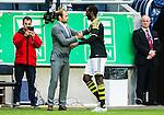 Solna 2015-07-26 Fotboll Allsvenskan AIK - IF Elfsborg :  <br /> AIK:s Henok Goitom gratuleras av chefstr&auml;nare tr&auml;nare Andreas Alm n&auml;r han byts ut under matchen mellan AIK och IF Elfsborg <br /> (Foto: Kenta J&ouml;nsson) Nyckelord:  AIK Gnaget Friends Arena Allsvenskan Elfsborg IFE jubel gl&auml;dje lycka glad happy