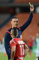 MEDELLÍN -COLOMBIA-13-09-2014. Wilmar Roldan, arbitro, muestra la tarjeta amarilla aVladimir Marin jugador de Independiente Medellín durante partido con Atlético Nacional por la fecha 9 de la Liga Postobón II 2014 jugado en el estadio Atanasio Girardot de la ciudad de Medellín./ Eilmar Roldan, referee, shows the yellow card to Vladimir Marin player of Independiente Medellin during the match against Atletico Nacional for the 9th date of the Postobon League II 2014 at Atanasio Girardot stadium in Medellin city. Photo: VizzorImage/Luis Ríos/STR