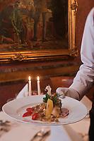 Europe/Voïvodie de Petite-Pologne/Cracovie: Service de la carpe à la juive au restaurant: Wierzynek