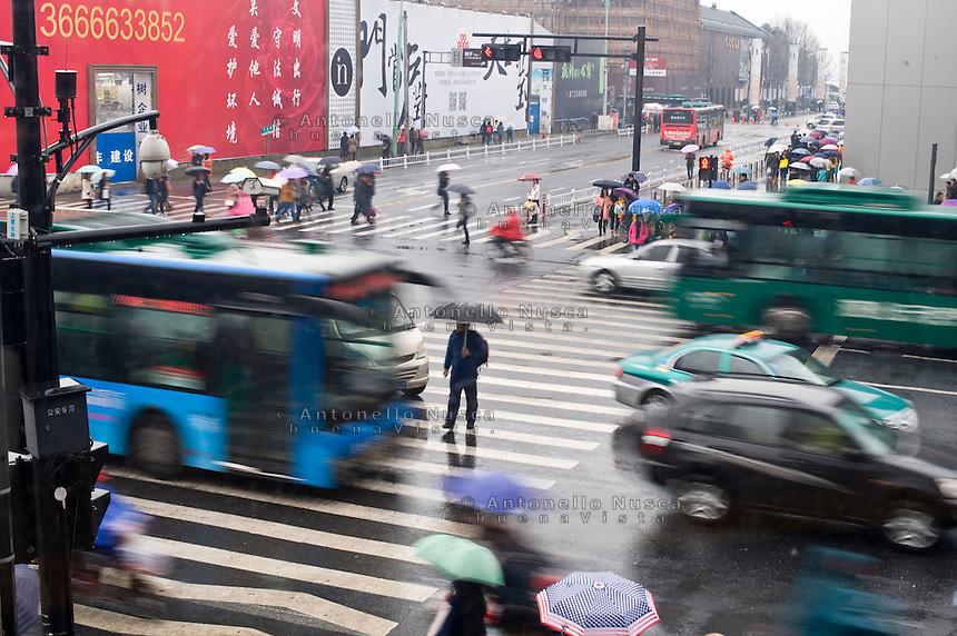 Un uomo attraversa un incrocio nel centro della citt&agrave;.<br /> A man crossing a road in the center.