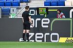 Schiedsrichter Felix Brych schaut sich die Szene auf dem Monitor an bevor er auf gelb-rote Karte für Sebastiaan Bornauw (nicht im Bild/ 1. FC Koeln) entscheidet.<br /> <br /> Sport: Fussball: 1. Bundesliga: Saison 19/20: 28. Spieltag: TSG 1899 Hoffenheim - 1. FC Koeln, 27.05.2020<br /> <br /> Foto: Markus Gilliar/GES/POOL/PIX-Sportfotos.<br /> <br /> Nur für journalistische Zwecke! Only for editorial use!<br /> <br /> Gemäß den Vorgaben der DFL Deutsche Fußball Liga ist es untersagt, in dem Stadion und/oder vom Spiel angefertigte Fotoaufnahmen in Form von Sequenzbildern und/oder videoähnlichen Fotostrecken zu verwerten bzw. verwerten zu lassen. DFL regulations prohibit any use of photographs as image sequences and/or quasi-video.