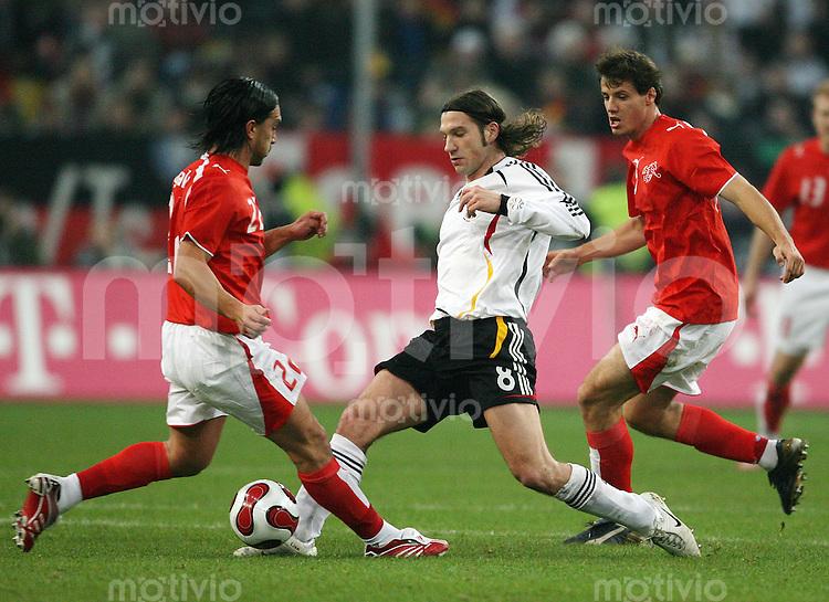 Fussball International Testlaenderspiel  Deutschland - Schweiz Thorsten FRINGS (Mitte, GER) im Zweikampf mit Hakan YAKIN (links) und Xavier MARGAIRAZ (rechts, beide SUI).
