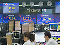 Economy, Oct 16, 2017 : Currency traders work as screens show exchange rates and KOSPI (Korea Composite Stock Price Index) (C) at a dealing room of KEB Hana Bank in Seoul, South Korea. (Photo by Lee Jae-Won/AFLO) (SOUTH KOREA)