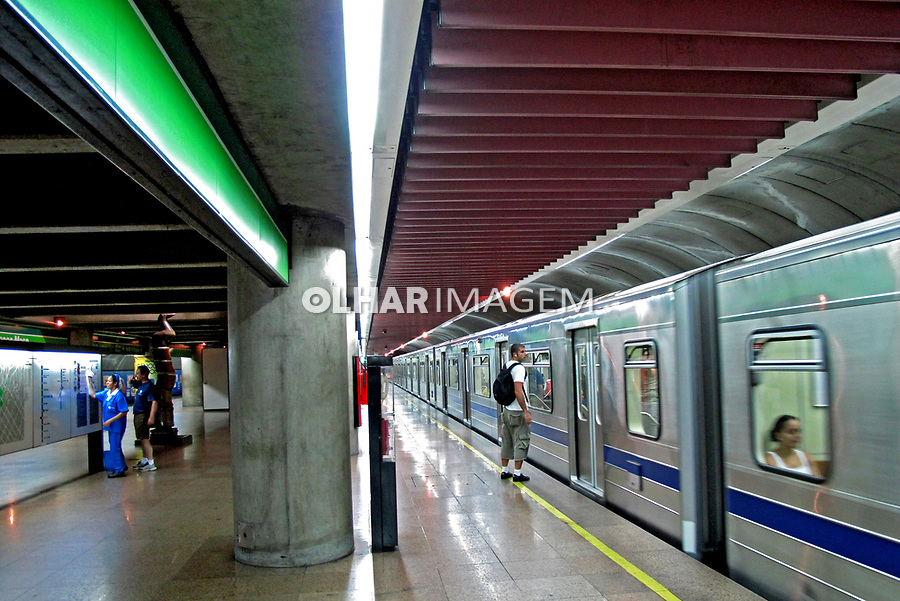 Embarque no vagão do metrô. São Paulo. 2009. Foto de Juca Martins.