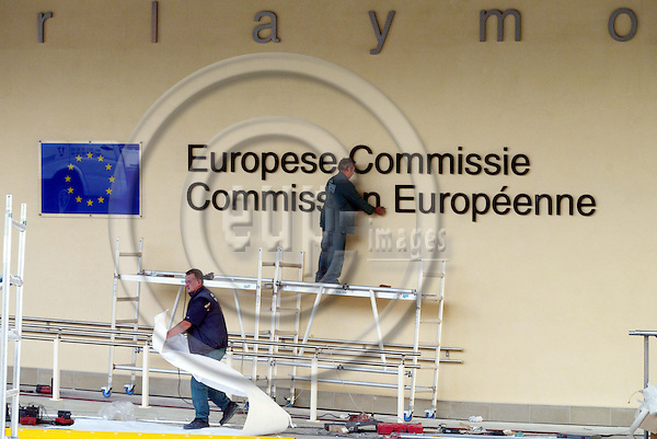 "BRUSSELS - BELGIUM  -17 SEPTEMBER 2004--Workers fixing the name Berlaymont and in Dutch and French the name ""European Commission"" on the wall at the main entrance side of the Berlaymont.--PHOTO: ERIK LUNTANG / EUP-IMAGES"