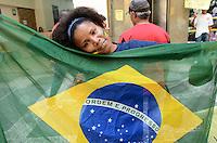 ATENCAO EDITOR: FOTO EMBARGADA PARA VEICULOS INTERNACIONAIS. SAO PAULO, SP, 10 DE DEZEMBRO DE 2012 - Membros de organizacoes e frentes por moradia durante concentracao para protesto, no inicio da tarde desta segunda feira, 10. regiao central.  FOTO: ALEXANDRE MOREIRA - BRAZIL PHOTO PRESS.