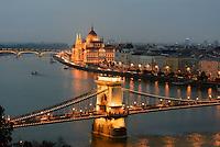 Blick von Buda auf Kettenbrücke, Pester Donauufer und Parlament, Budapest, Ungarn, UNESCO-Weltkulturerbe