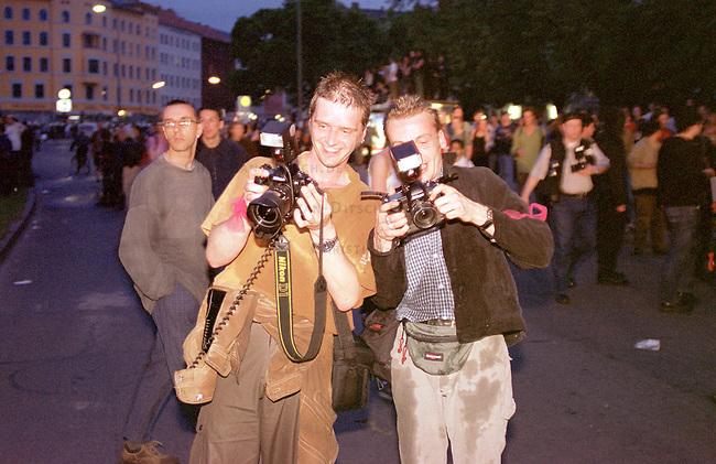 Mehr als 10.000 Menschen kamen zur sogenannten Revolutionaeren 1. Mai-Demonstration nach Berlin-Kreuzberg. Die Polizei loeste ohne ersichtlichen Grund die Demonstration mit willkuerlichen Festnahmen und Wasserwerfereinsatz auf dem Oranienplatz auf.<br /> Hier: Zwei Fotojournalisten bewundern ihre digitalen Bilder nach einem Wasserwerfereinsatz.<br /> 1.5.2000, Berlin<br /> Copyright: Christian-Ditsch.de<br /> [Inhaltsveraendernde Manipulation des Fotos nur nach ausdruecklicher Genehmigung des Fotografen. Vereinbarungen ueber Abtretung von Persoenlichkeitsrechten/Model Release der abgebildeten Person/Personen liegen nicht vor. NO MODEL RELEASE! Nur fuer Redaktionelle Zwecke. Don't publish without copyright Christian-Ditsch.de, Veroeffentlichung nur mit Fotografennennung, sowie gegen Honorar, MwSt. und Beleg. Konto: I N G - D i B a, IBAN DE58500105175400192269, BIC INGDDEFFXXX, Kontakt: post@christian-ditsch.de<br /> Bei der Bearbeitung der Dateiinformationen darf die Urheberkennzeichnung in den EXIF- und  IPTC-Daten nicht entfernt werden, diese sind in digitalen Medien nach &sect;95c UrhG rechtlich gesch&uuml;tzt. Der Urhebervermerk wird gemaess &sect;13 UrhG verlangt.]