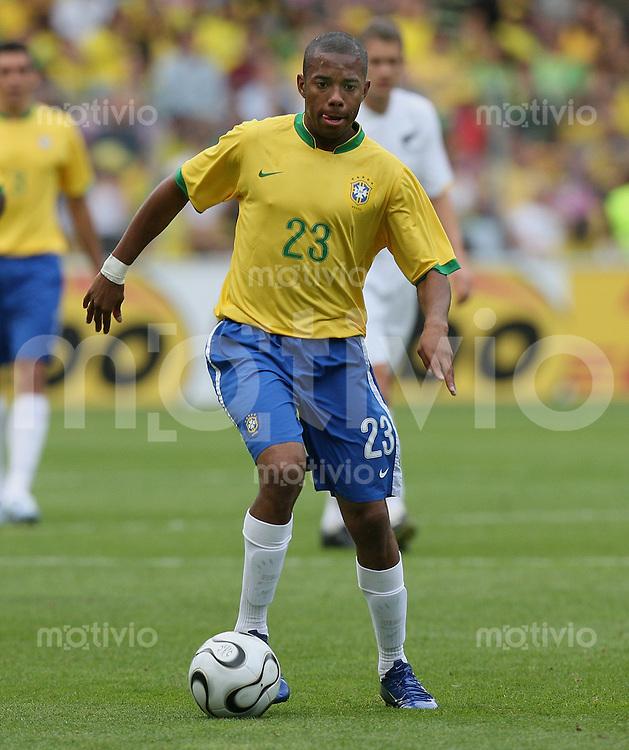 FussballInternational WM 2006 Testspiel Brasilien - Neuseeland Robinho (BRA) am Ball