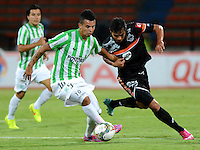 MEDELLIN- COLOMBIA - 10-09-2014: Edwin Cardona (Izq.) jugador de Atletico Nacional de Colombia de disputa el balon con Alejandro Bernal (Der.) jugador de General Diaz de Paraguay durante partido de ida de la segunda fase, llave16, de la Copa Total Suramericana entre Atletico Nacional de Colombia y General Diaz de Paraguay en el estadio Atanasio Girardot de la ciudad de Medellin.  / Edwin Cardona (L) player of Atletico Nacional de Colombia vies for the ball with Alejandro Bernal (R) player of General Diaz of Paraguay during a match for the first leg of the second phase, key16, between Atletico Nacional de Colombia y General Diaz de Paraguay of the Copa Total Suramericana in the Atanasio Girardot stadium, in Medellin city. Photo: VizzorImage / Luis Rios / Str.