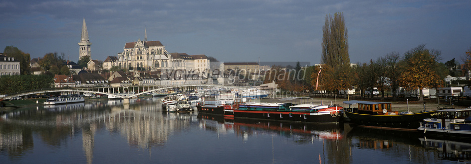 Europe/France/89/Bourgogne/Yonne/Auxerre: Le port fluvial sur l'Yonne et le chevet de la cathédrale vu depuis le pont Paul-Bert