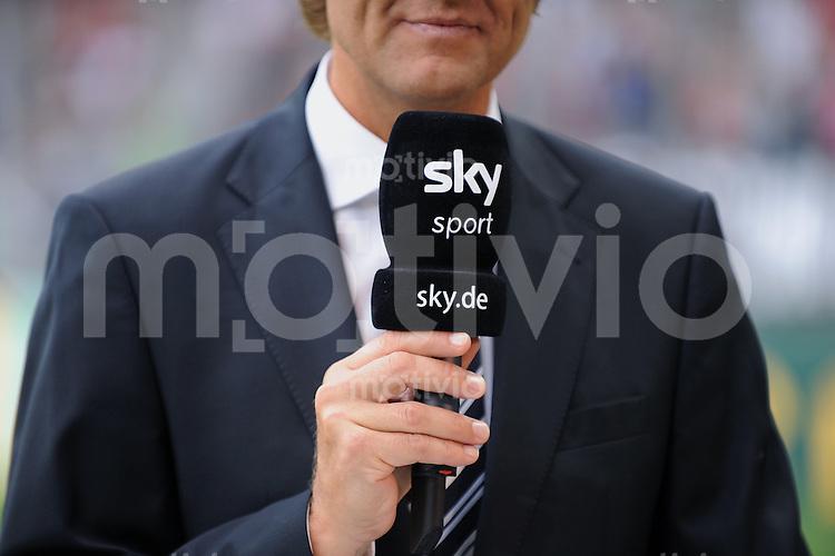 Fussball DFB Pokal 1. Runde   Saison   2009/2010   02.08.2009 Spvgg Neckarelz - FC Bayern Muenchen Moderator mit Mikor des Pay TV Sender,  Sky Sport