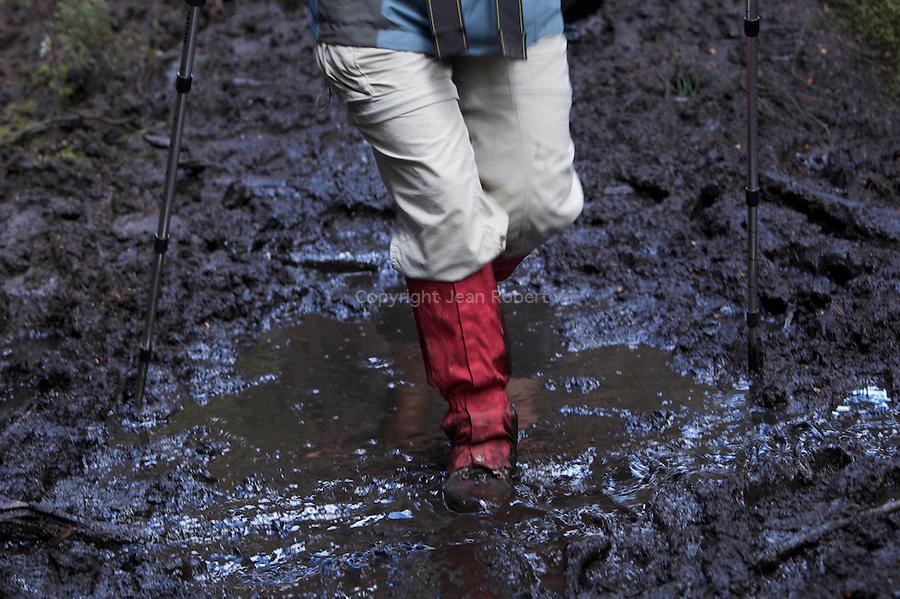 Mud walking is part of the game of the overland track. The bushwalker minimal impact code ask not to leave the track even if it's deep muddy!....La boue fait partie de l'Overland Track. Le bushwalker minimal impact code demande de ne pas quitter le sentier, quitte a marcher dans la boue pour ne pas abimer la végétation