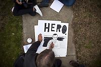 JL08 FORT MEADE (EE.UU.), 17/12/2011.- Una persona hace un dibujo del soldado estadounidense Bradley Manning, acusado de filtrar miles de documentos secretos de EEUU a WikiLeaks, durante el segundo día de la audiencia que se celebra contra él en Fort George Meade (Maryland, EE.UU.) hoy, sábado 17 de diciembre de 2011. EFE/Jim Lo Scalzo.