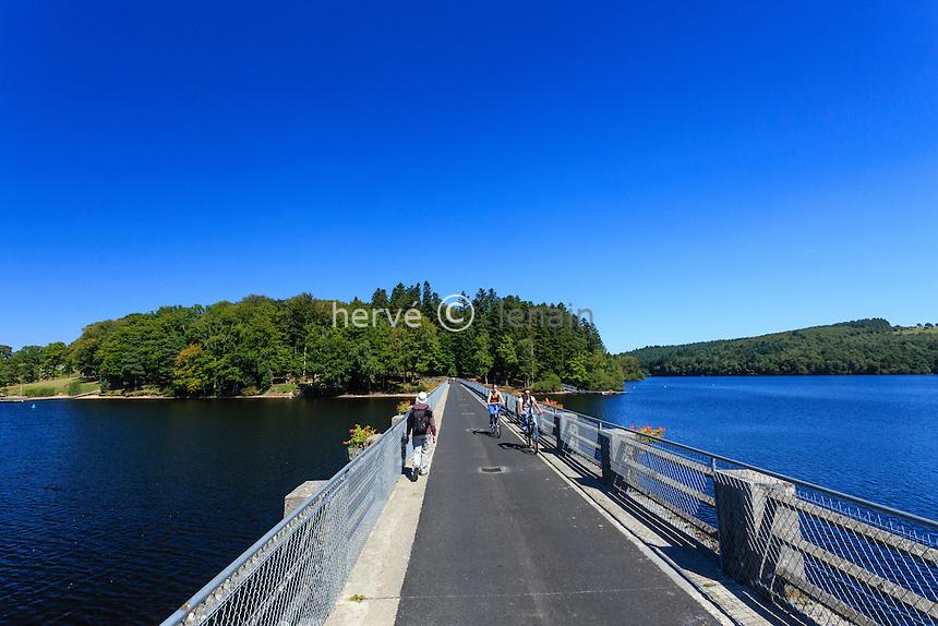 France, Haute-Vienne (87), le lac de Vassivière, Beaumont-du-Lac, accès à lîle de Vassivière // France, Creuse, Vassiviere lake, Beaumont du Lac, toward Vassiviere island