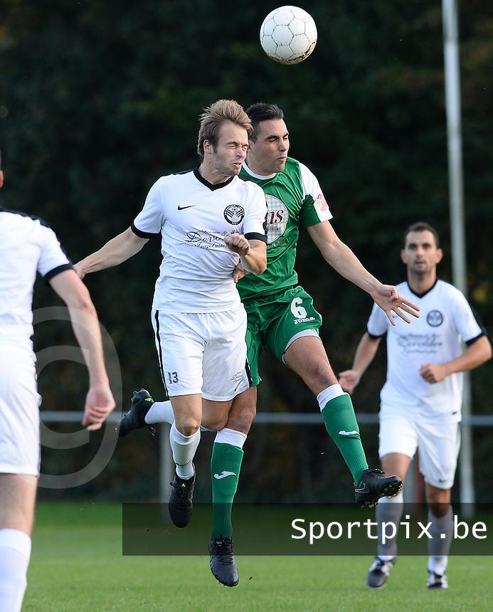 VV Emelgem - Kachtem  -  FC Lendelede Sport :  kopduel tussen Dries Mergaert (links) en Michiel Deltour (r)<br /> Foto David Catry | VDB | Bart Vandenbroucke