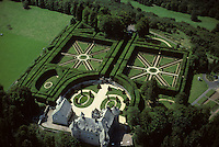 Europe/France/Auverne/63/Puy-de-Dôme/Env. d'Orcival: Le Château de Cordes - Vue aérienne des jardins à la Française