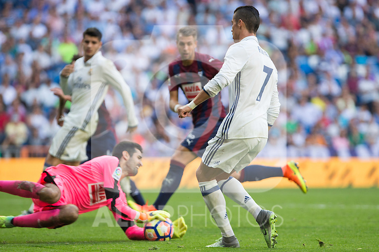 Eibar's Asier Riesgo and Real Madrid's Cristiano Ronaldo during the match of La Liga between Real Madrid and SD Eibar at Santiago Bernabeu Stadium in Madrid. October 02, 2016. (ALTERPHOTOS/Rodrigo Jimenez)