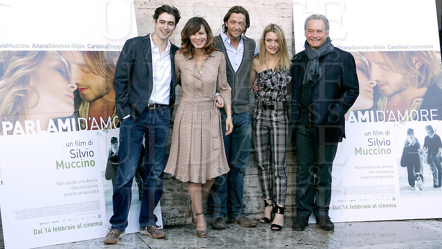 "L'attore e regista Silvio Muccino, al centro, posa con gli attori, da sinistra, Flavio Parenti, Aitana Sanchez-Gijon, Carolina Crescentini e Giorgio Colangeli durante un photocall per la presentazione del suo film ""Parlami d'amore"" a Roma, 5 febbraio 2008..Italian actor and director Silvio Muccino, center, poses with actors, from left, Flavio Parenti, Aitana Sanchez-Gijon, Carolina Crescentini and Giorgio Colangeli during a photocall for the presentation of his movie ""Parlami d'amore"" (""Talk me about love"") in Rome, 5 february 2008..UPDATE IMAGES PRESS/Riccardo De Luca"