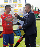 PASTO - COLOMBIA, 10-03-2019: Ray Vanegas recibe el premio al mejor jugador después del partido entre Deportivo Pasto y Deportivo Cali por la fecha 9 de la Liga Águila II 2018 jugado en el estadio Estadio Municipal de Ipiales. / Ray Vanegas receives the award for the best player after the match for the date 9 as part of Aguila League I 2019 between Deportivo Pasto and Deportivo Cali played at Municipal stadium of Ipiales.  Photo: VizzorImage / Leonardo Castro / Cont