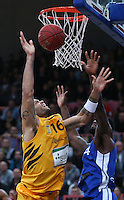 Basketball  1. Bundesliga  2016/2017  Hauptrunde  17. Spieltag  30.12.2016 Walter Tigers Tuebingen - FRAPORT SKYLINERS Frankfurt Gary McGhee (li, Tigers) gegen Mike Morrison (re, Frankfurt)