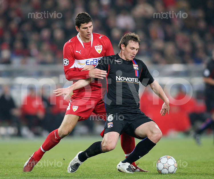 Fussball International Championas League 07/08  VfB Stuttgart - Olympique Lyon Mario Gomez (VFB,li) gegen Kim Kaellstroem (OL,re)