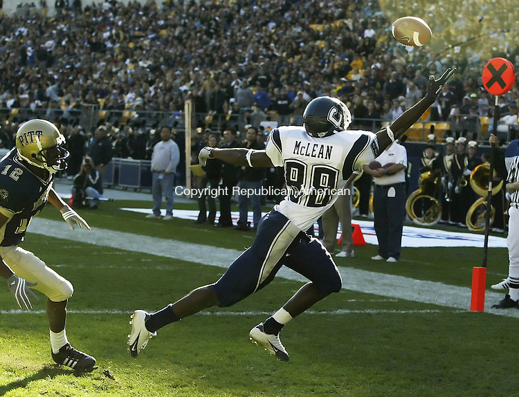 PITTSBURGH, PA 12 NOVEMBER 2005 111205BZ08- UConn Huskies #88, Brandon McLean can't quite haul in the touchdown pass against the University of Pittsburgh Saturday.<br /> Jamison C. Bazinet Republican-American