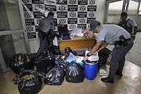 FOTO EMBARGADA PARA VEICULOS INTERNACIONAIS. SAO PAULO, SP, 15-01-2013, REFINARIA DE DROGAS ZONA LESTE. A Policia Militar estourou uma refinaria de drogas que ficava em uma viela na Rua Cristiane de Andrade em Sao Mateus. Durante um patrulhamento os PMs desconfiaram de um menor, ao aborda-lo o mesmo apontou que procurava um rapaz, mas ao passar em frente da casa onde ficava a refinaria, os PMs ja sentiram o forte cheiro de entorpecente no local, niguem foi encontrado dentro do local, pois havia uma rota de fuga. Cerca de 100 kilos de drogas foram apreendido, Cocaina, Maconha, Crack, Lanca perfume, alem de um revolver, municao, colete a prova de balas, balancas de precisao e ate uma maquina de contar dinheiro. O menor e as drogas foram encaminhados ao Denarc.FOTO: BRAZIL PHOTO PRESS.