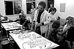 Henfil desenhando fradinhos, Sindicato dos Jornalistas. SP. 1979. Foto de Juca Martins.