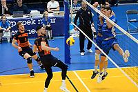 GRONINGEN - Volleybal, Abiant Lycurgus - Orion, Alfa College , Eredivisie , seizoen 2017-2018, 16-12-2017 Orion speler Maikel van Zeist slaat de bal in het blok met Lycurgus speler Niels de Vries