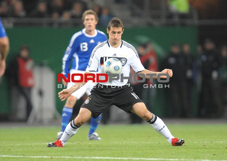 Fussball, L&auml;nderspiel, WM 2010 Qualifikation Gruppe 4  14. Spieltag<br />  Deutschland (GER) vs. Finnland ( FIN ) 1:1 ( 0:1 )<br /> <br /> Miroslav Klose ( GER /  Bayern #11) - Ballannahme mit der Brust<br /> <br /> Foto &copy; nph (  nordphoto  )