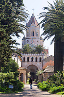 Europe/France/Provence-Alpes-Côte d'Azur/Alpes-Maritimes/Cannes: îIes de Lérins, île de Saint-Honorat /Abbaye de Saint Honorat: L'église abbatiale et le monastère de l'abbaye de Lérins.// Europe/France/Provence-Alpes-Côte d'Azur/Alpes-Maritimes/Cannes:  Lerins island of Saint Honorat: :Church and monastery of the Lérins Abbey.