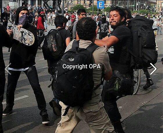 M&eacute;xico, DF. 13 de junio de 2014.- Posicionamiento ante las agresiones contra fotoperiodistas el #10JunioMX<br /> FOTOREPORTEROS MX se solidariza con los compa&ntilde;eros Par&iacute;s Mart&iacute;nez, N&eacute;stor Negrete, Luis Castillo, Leonardo Casas y Marco Ugarte por las agresiones de las que fueron v&iacute;ctimas el pasado 10 de junio, durante la marcha #1OJunioMx, conmemorativa del &ldquo;Halconazo&rdquo;, en la Ciudad de M&eacute;xico.<br /> Condenamos las agresiones y exigimos a las autoridades, procuraci&oacute;n de justicia y reparaci&oacute;n de da&ntilde;o, recordando que es obligaci&oacute;n del Estado garantizar la libertad de expresi&oacute;n y libre flujo de informaci&oacute;n.<br /> <br /> Hacemos un llamado a la sociedad para que nos respalde reconociendo que la libertad de prensa es instrumento indispensable para el funcionamiento de la democracia representativa, mediante la cual los ciudadanos ejercen su derecho a recibir, difundir y buscar informaci&oacute;n.<br /> Comunicamos que, la situaci&oacute;n de los compa&ntilde;eros Luis Castillo y Marco Ugarte es estable pero delicada. Ambos permanecen hospitalizados en situaci&oacute;n cr&iacute;tica derivada de las agresiones que personas civiles armadas con palos y martillos emprendieron en su contra.<br /> <br /> En el caso de Luis Castillo el diagn&oacute;stico m&eacute;dico es una costilla rota e inflamaci&oacute;n de pulmones; mientras que Marco Ugarte tiene fractura en el rostro as&iacute; como&nbsp; inflamaci&oacute;n del p&oacute;mulo del ojo izquierdo derivado del golpe que recibi&oacute; a tres mil&iacute;metros de su ojo.<br /> <br /> La violencia contra los periodistas audiovisuales ha aumentado, por ello, rechazamos las agresiones provenientes de cualquier actor pol&iacute;tico o social, ya sea &nbsp;del crimen organizado, autoridades y/o sociedad civil en general; repudiamos la violencia en cualquier contexto y que atenta el derecho a documentar en M&eacute;xico.<br /> En los 