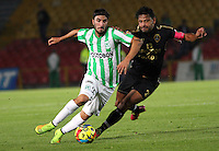 BOGOTA -COLOMBIA-1 -NOVIEMBRE-2014.Gerardo Bedoya ( D) de Fortaleza F.C. disputa el balón con Sebastian Perez ( I ) de Atlrtico Nacional   durante partido de la  17  fecha  de La Liga Postobón 2014-2. Estadio Nemwsio Camacho El Campin . / Gerardo Bedoya (R ) of Fortaleza F.C.  fights for the ball with Sebastian Perez of Atletico Nacional   during match of the 17th date of Postobon  League 2014-2. Nemesio Camacho El Campin  Stadium. Photo: VizzorImage / Felipe Caicedo / Staff