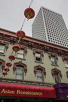 San Francisco Chinatown Edificio asian renaissance con lampade cinesi <br /> Building with Chinese lamps