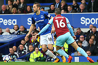 Gylfi Sigurdsson of Everton and Steven Defour of Burnley during the Premier League match between Everton and Burnley at Goodison Park on October 1st 2017 in Liverpool, England. <br /> Calcio Everton - Burnley Premier League <br /> Foto Phcimages/Panoramic/insidefoto