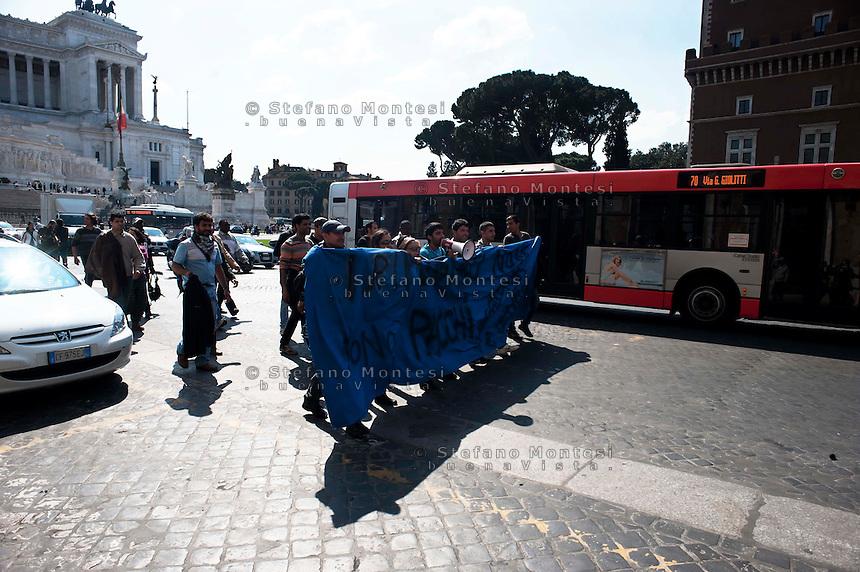 Roma 22 Marzo 2011. Attivisti di Action manifestanio  davanti all'Altare della Patria dopo aver protestato al CARA di Castelnuovo di Porto contro lo spostamento in Sicilia di 50 immigrati richiedenti asilo .