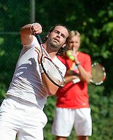 7-9-09, Alphen aan den Rijn, Persconferentie Daviscup team, Raemon Sluiter traint, achter hen zijn coach en oud Daviscup captain  Tjerk Bogtstra
