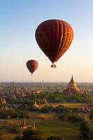 Myanmar (Burma), Mandalay-Division, Bagan: Dawn over ancient temples from hot air balloon | Myanmar (Birma), Mandalay-Division, Bagan: Morgenstimmung ueber den Bagan Tempeln, die zwischen dem 11. und 13. Jahrhundert erbaut wurden, aufgenommen aus einem Heissluftballon