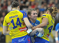 Handball Champions League Frauen 2013/14 - Handballclub Leipzig (HCL) gegen Metz (FRA) am 10.11.2013 in Leipzig (Sachsen). <br /> IM BILD: Isa-Sophia Rösicke / Roesicke (HCL) wird von Yvette Broch (l., Metz) und Nina Kanto (r., Metz) in die Mangel genommen. <br /> Foto: Christian Nitsche / aif