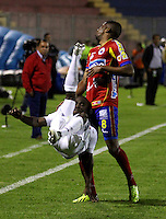 PASTO - COLOMBIA -28-03-2014: William Zapata  (Der.) jugador de Deportivo Pasto disputa el balón con Carlos Robles (Izq.) jugador del Once Caldas durante partido Deportivo Pasto  y Once Caldas por la fecha 13 de la Liga Postobon I 2014, jugado en el estadio Libertad de la ciudad de Pasto.  / William Zapata (R) player of Deportivo Pasto fights for the ball with Carlos Robles (L) player of y Once Caldas during a match Deportivo Pasto  and Universidad Once Caldas for the date 13th of the Liga Postobon I 2014 at the Libertad stadium in Pasto city. Photo: VizzorImage  / Leonardo Castro / Str.