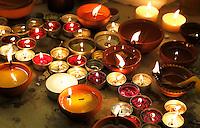 Nederland  Amsterdam. Divali viering in de Shri Guru Nanak Gurdwara Sahib. Iedereen steekt een kaarsje aan.   Foto Berlinda van Dam / Hollandse Hoogte